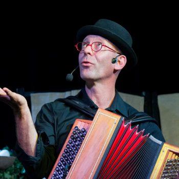 Laurent dans Comptines pour l'éveil musical